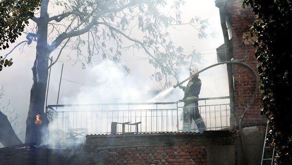 Сотрудник противопожарной службы МЧС России во время ликвидации пожара в Ростове-на-Дону. 21 августа 2017