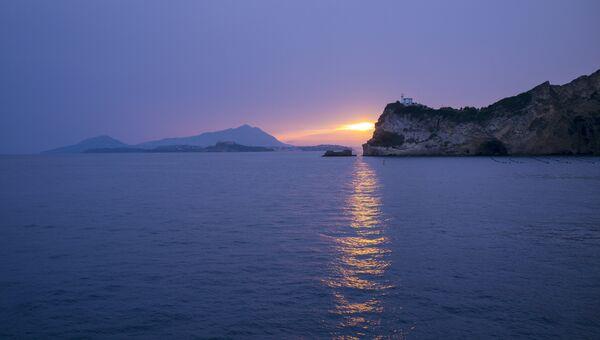 Вид на остров Искья из Неаполитанского залива. Архивное фото