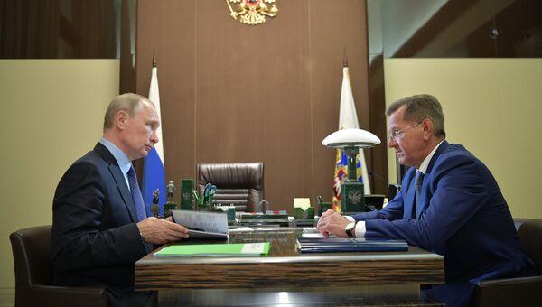 Президент РФ Владимир Путин и губернатор Астраханской области Александр Жилкин во время встречи. 22 августа 2017