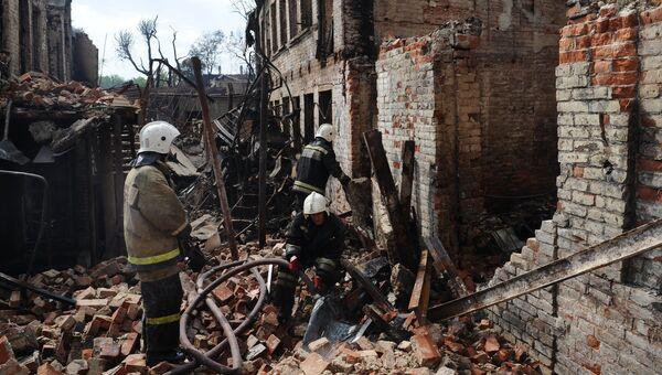 Сотрудники МЧС во время ликвидации последствий пожара в Ростове-на-Дону. 22 августа 2017