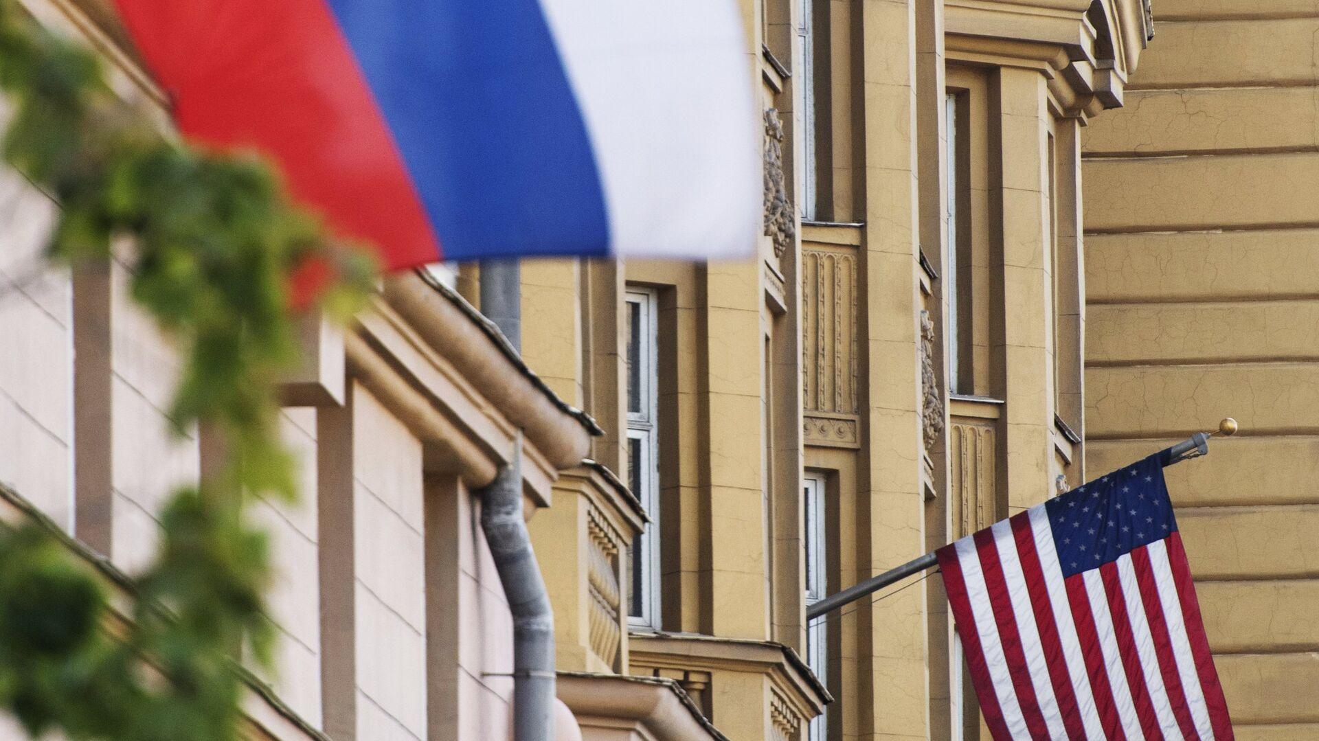 Флаги России и США на здании американского посольства в Москве - РИА Новости, 1920, 12.02.2021