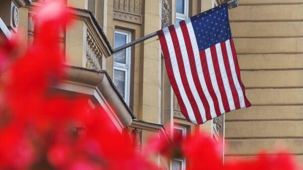 Государственный флаг США на здании американского посольства в Москве
