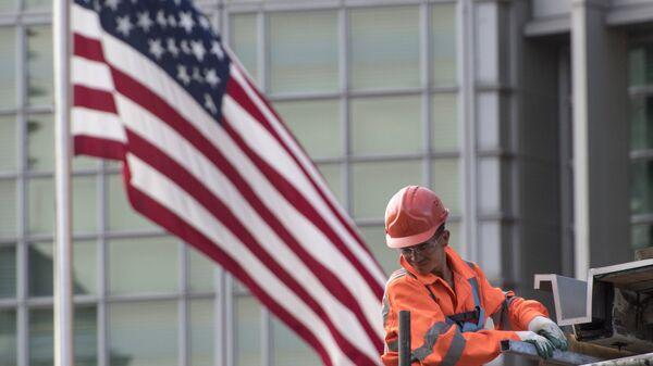 Рабочий у здания американского посольства в Москве