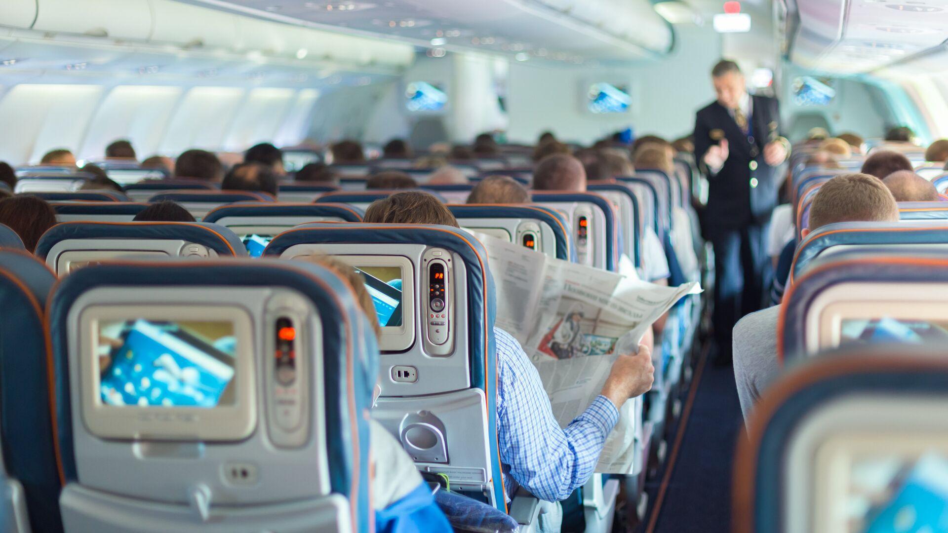 Пассажиры в салоне самолета  - РИА Новости, 1920, 02.03.2021