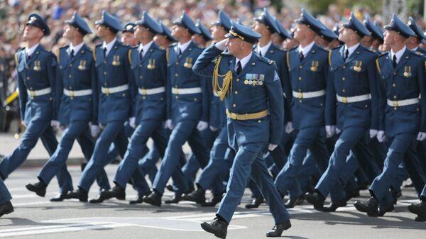 Участники парада в честь Дня независимости Украины в Киеве.