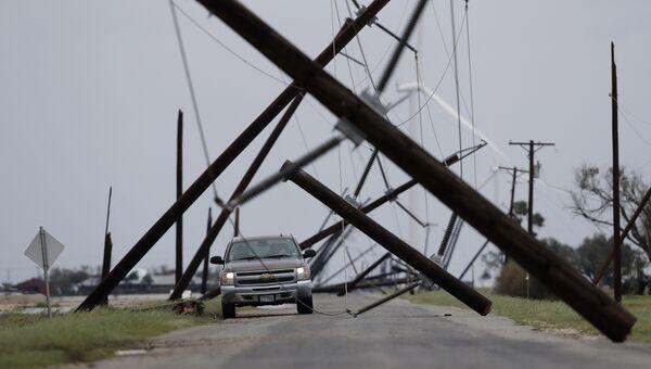 Упавшие столбы электропередачи, поврежденные в результате урагана Харви, штат Техас, США. 26 августа 2017