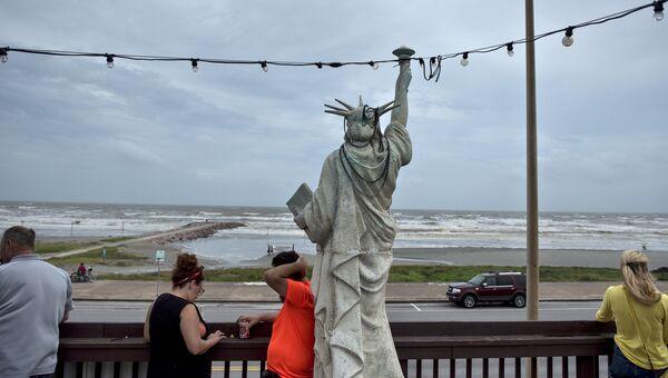 Вид на Мексиканский залив после урагана Харви в Галвестоне, штат Техас. 26 августа 2017