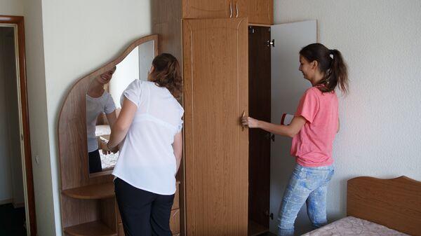 Девушки осматривают мебель