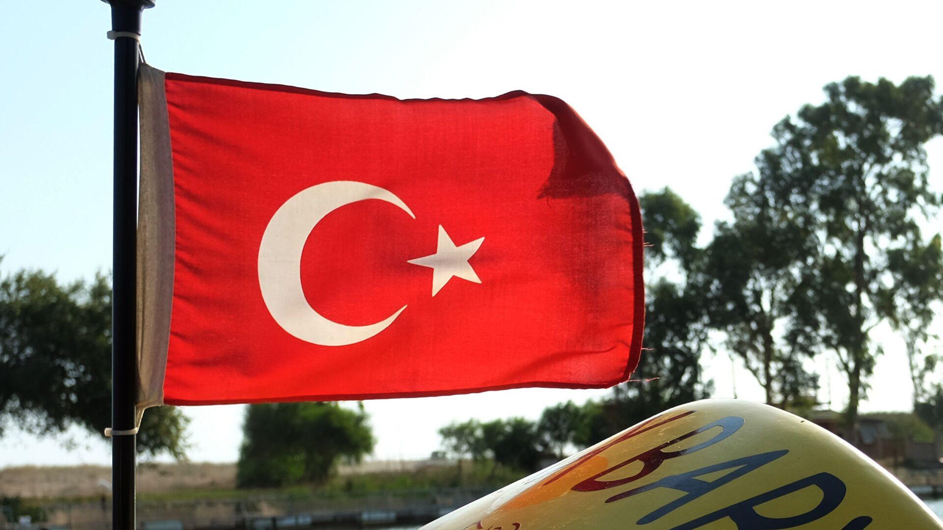 Флаг Турции на катере в Анталье - РИА Новости, 1920, 08.12.2020