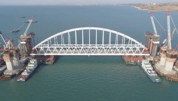 Буксиры доставили шеститонную арку крымского моста к месту установки на опоры