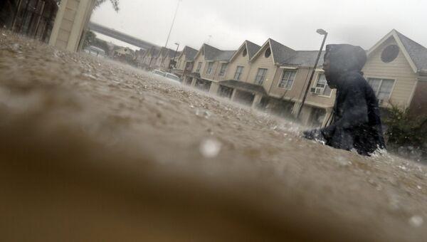 Подросток пробирается сквозь затопленные тропическим штормом Харви  улицы Хьюстона, Техас. 27 августа 2017