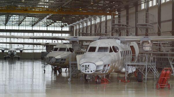 Могоцелевой двухмоторный самолёт для местных воздушных линий Л-410 в ремонтном цехе АО 123 авиационный ремонтный завод