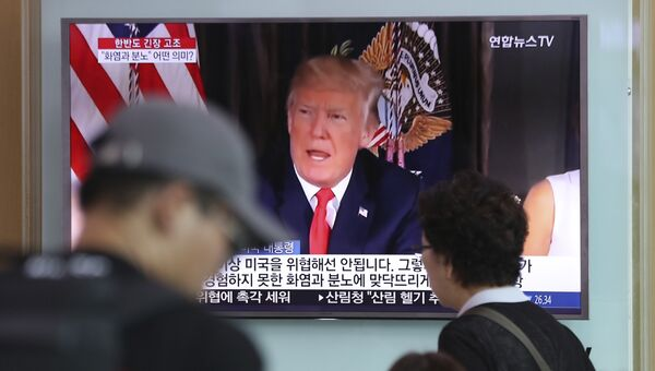 Жители Сеула смотрят трансляцию выступления президента США Дональда Трампа. Архивное фото