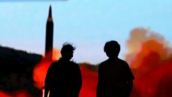 Трансляция новостей о запуске ракет в КНДР на улице Токио, Япония. Август 2017
