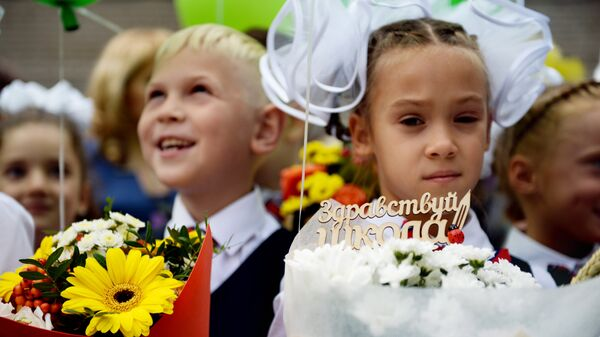 Ученики первых классов гимназии №1 города Новосибирска во время торжественной линейки посвященной Дню знаний. 1 сентября 2017