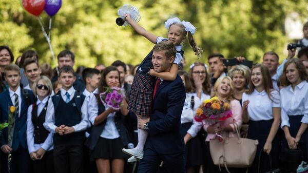 Ученики гимназии №26 города Омска на торжественной линейке посвященной Дню знаний