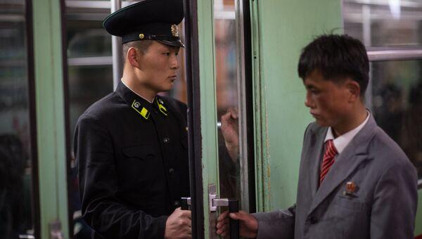 Сотрудник метрополитена Пхеньяна в вагоне поезда