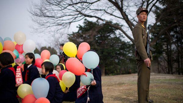 Жители Пхеньяна на торжественной церемонии открытия памятника Ким Ир Сену и Ким Чен Иру в Пхеньяне