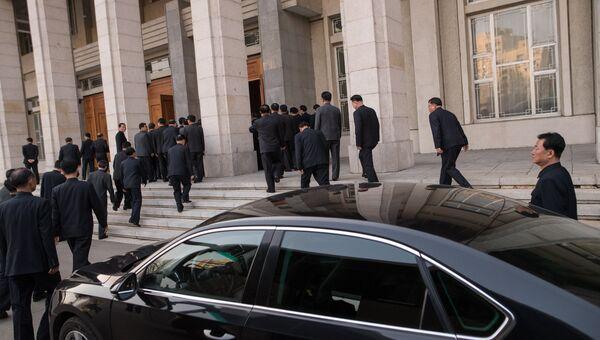 Люди заходят во дворец Культуры в Пхеньяне