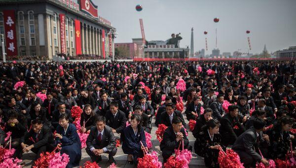 Участники во время парада, приуроченного к 105-й годовщине со дня рождения основателя северокорейского государства Ким Ир Сена, в Пхеньяне