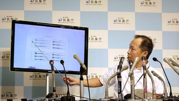 Японский метеоролог во время пресс-конференции в Японском метеорологическом агентстве в Токио. 3 сентября 2017
