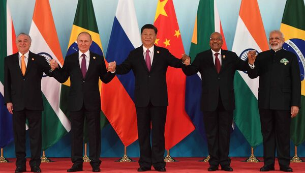 Президент РФ Владимир Путин во время совместного фотографирования лидеров БРИКС. 4 сентября 2017