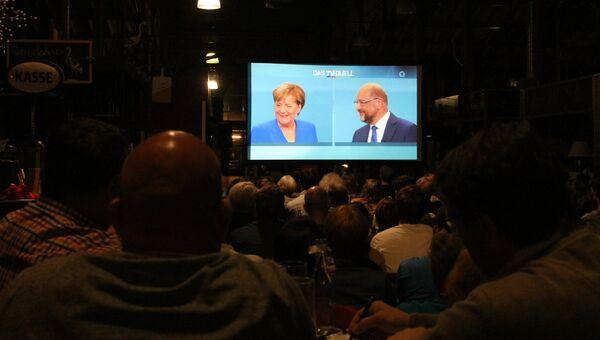 Посетители ресторана смотрят трансляцию телевизионных дебатов Ангелы Меркель и Мартина Шульца