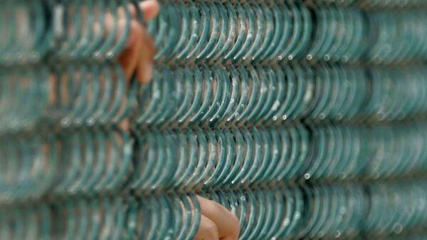 Руки заключенных в тюрьме Гуантанамо, Куба. Архивное фото