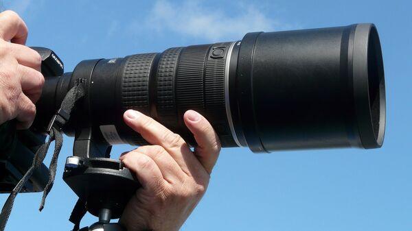 Фотокамера на штативе