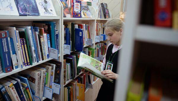 Юная посетительница в библиотеке. Архивное фото