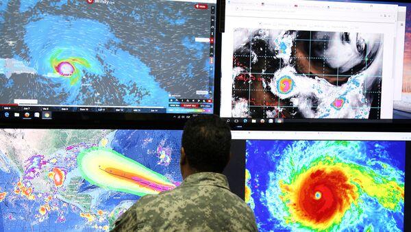 Сотрудник Комитета по чрезвычайным операциям  отслеживает траекторию урагана Ирма в Санто-Доминго, Доминиканская Республика. 5 сентября 2017