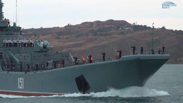 Большой десантный корабль Черноморского флота Азов выполняет переход по Керченскому проливу. 6 сентября 2017