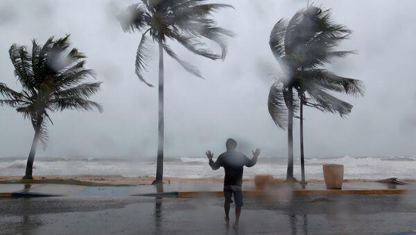 Мужчина на пляже в Лукильо, Пуэрто-Рико