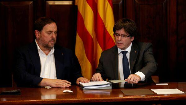 Председатель правительства Каталонии Карлес Пучдемон и вице-президент Уриол Жункерас подписывают декрет о проведении референдума о независимости от Испании. Архивное фото