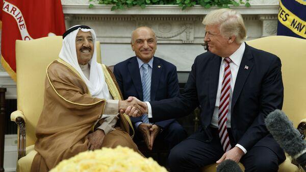 Дональд Трамп во время встречи с эмиром Кувейта — шейхом Сабахом аль-Ахмедом аль-Джабером ас-Сабахом в Овальном кабинете Белого дома