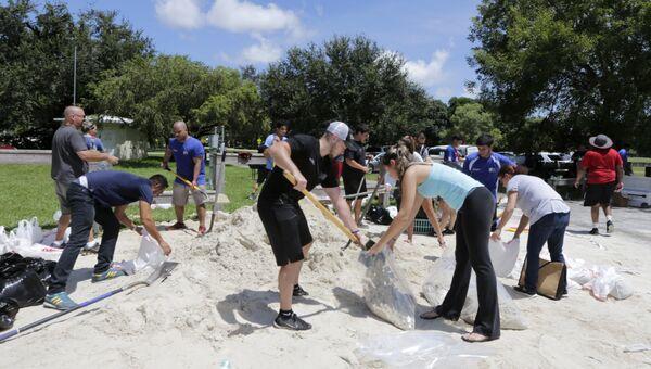 Волонтеры и местные жители подготавливают мешки с песком перед надвигающимся ураганом Ирма. Архивное фото