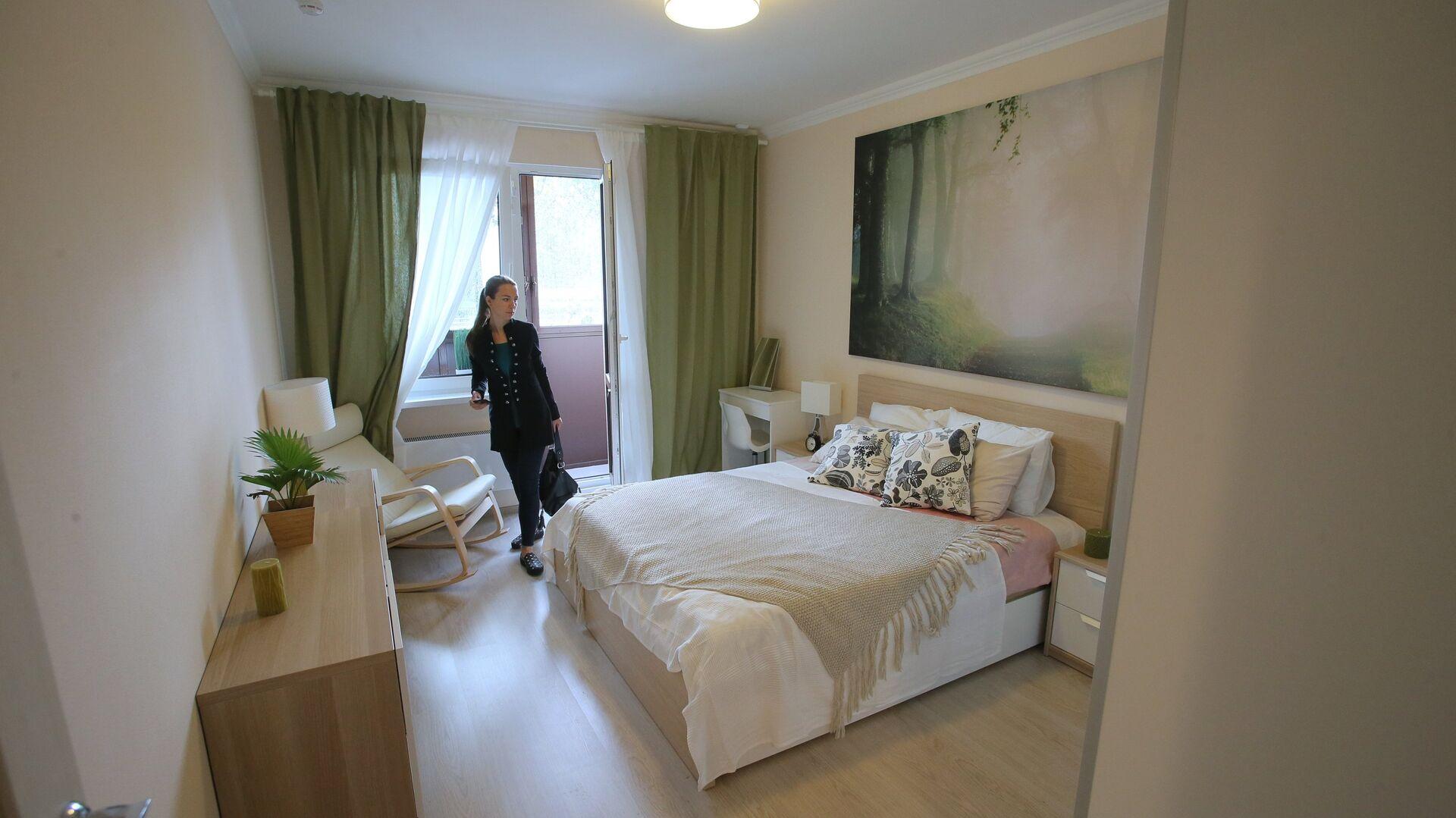 Спальня типовой 2-комнатной квартиры, предназначенной для переселения по программе реновации, в шоу-руме на ВДНХ в Москве - РИА Новости, 1920, 02.11.2020