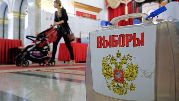 Переносная урна для голосования. Архивное фото