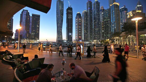 Прохожие на улице в Дубае. Архивное фото