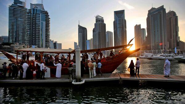 Туристы перед ночным круизом в Дубае. Архивное фото