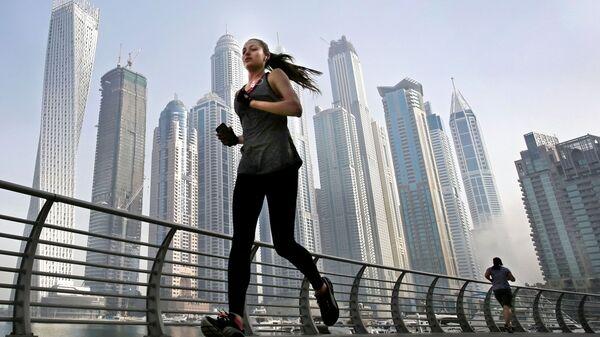 Девушка во время пробежки в Дубае