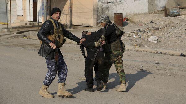 Задержанный иракским спецназом в Мосуле боевик ИГ*. Архивное фото