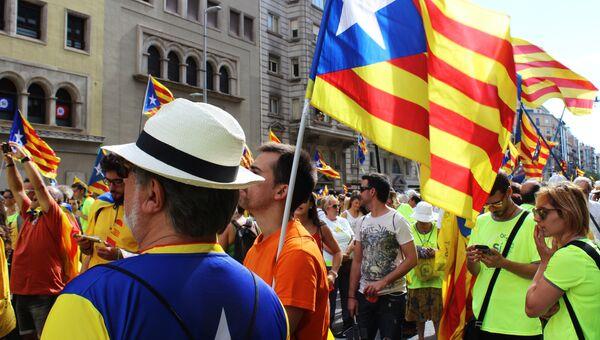 Участники акции на улицах Барселоны в поддержку референдума за независимость и отделение Каталонии от Испании. 12 сентября 2017