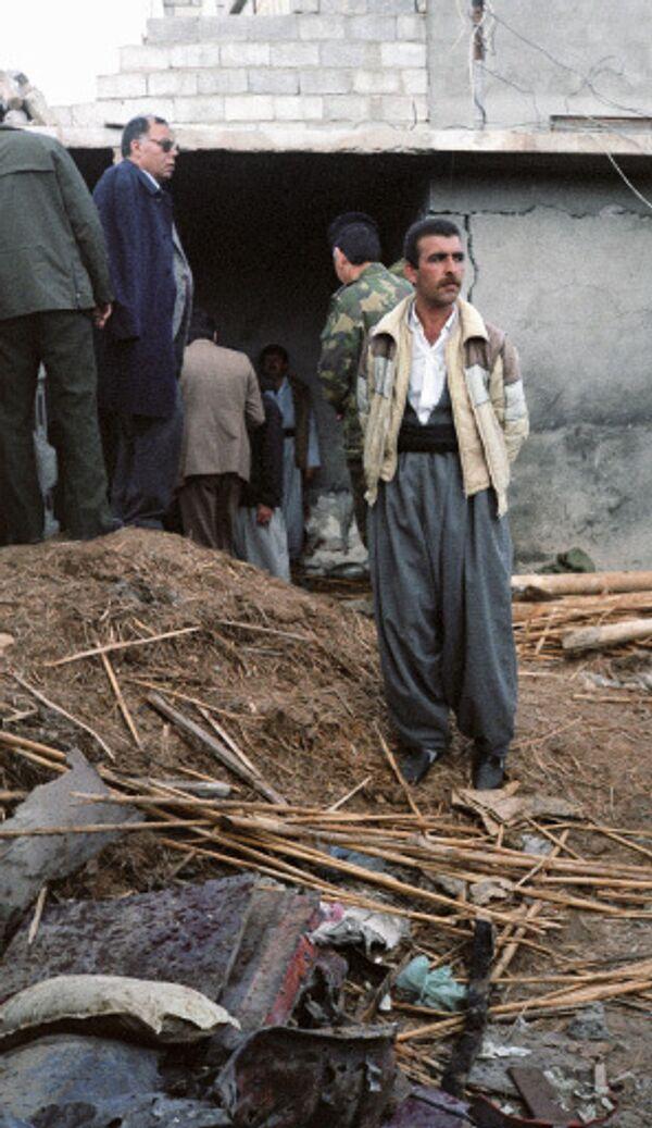 Курд у разрушенного дома в Ираке. Архив