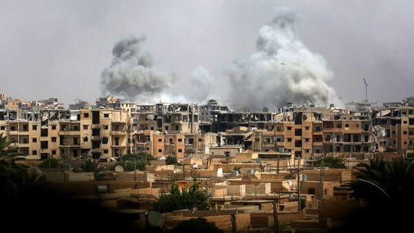 Дым после авиаудара сил коалиции в Ракке