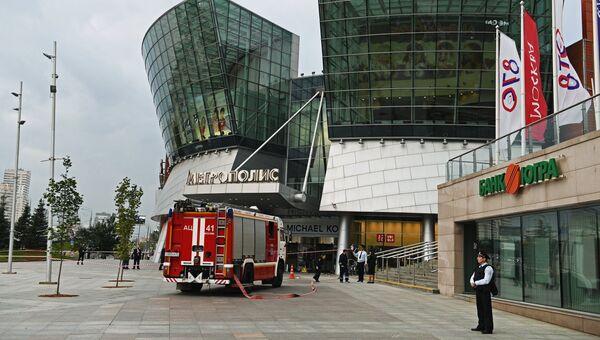 Горожане у торгового центра Метрополис в Москве