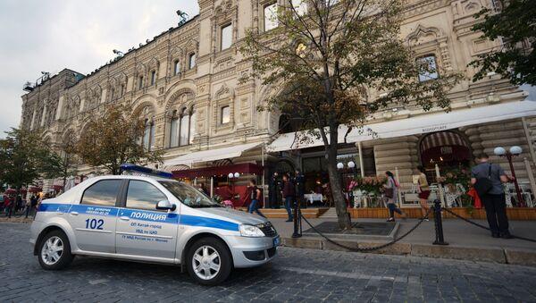 Автомобиль полиции у ГУМа после сообщения о минировании. Архивное фото