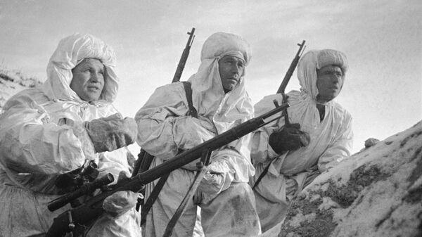 Снайпер Герой Советского Союза Василий Зайцев во время боев за Сталинград