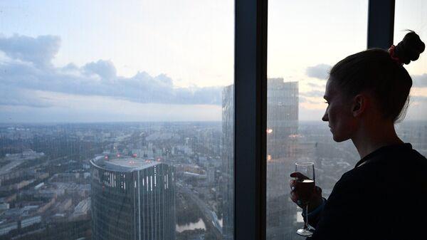 Девушка на 89 этаже Башни Федерация-Восток делового комплекса Москва-Сити