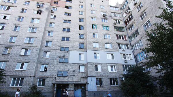 Повреждения жилого дома в результате ночного обстрела Кировского района города Донецка. Архивное фото